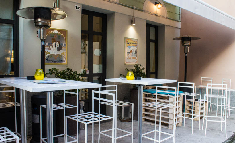 Lostricheria Oyster bar outdoor tables